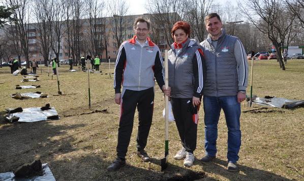 На посадке аллеи в честь 80-летия образования Заводского района столицы, апрель 2018 года