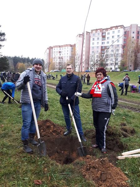 С коллегами-депутатами на субботнике в Заводском районе города Минска, октябрь 2017 года