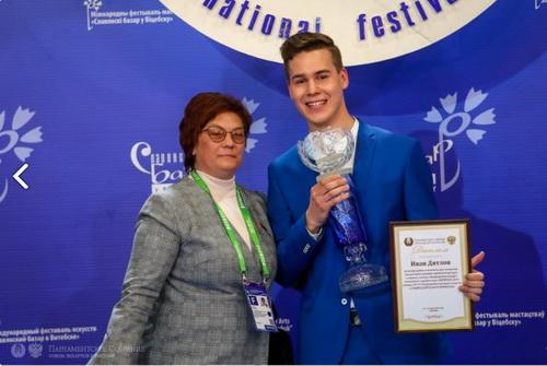С Иваном Дятловым (Россия), обладателем третьей премии Международного конкурса молодых исполнителей эстрадной песни на Славянском базаре в Витебске, 15 июля 2019 год.