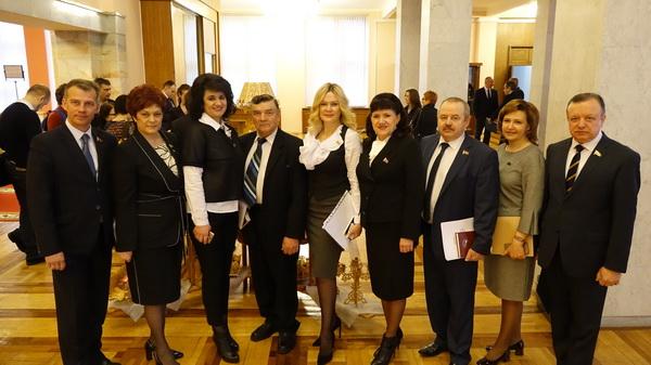 С коллегами перед открытием четвертой сессии Палаты представителей Национального собрания Республики Беларусь шестого созыва, апрель 2018 года